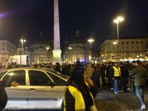 Il comizio finale dei 5S a Piazza del Popolo. Sopra: Totò in Gli onorevoli
